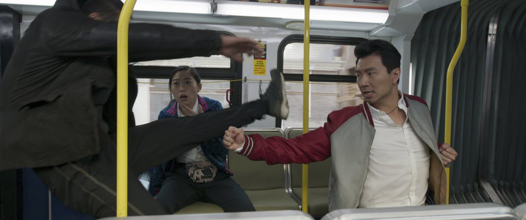 「尚氣與十環傳奇」開場有段刺激的巴士動作戲。圖/迪士尼提供
