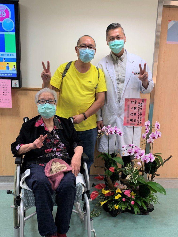 91歲姚姓阿嬤(左)成功抗癌,與兒子感謝光田醫院泌尿科主任盧智強(右)的照顧。記...