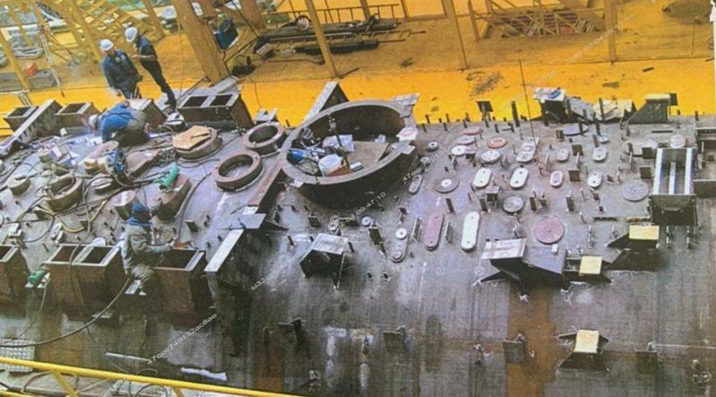 圖為德國潛艦船殼上不同的孔洞,分別有不同功能,必須使用特殊機具銑出這些洞,台灣的國造潛艦船殼必須銑出108個洞。圖/讀者提供