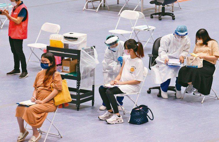 指揮中心6月配送莫德納疫苗時,採納孕產相關醫學會意見,將孕婦列入優先接種對象,並...