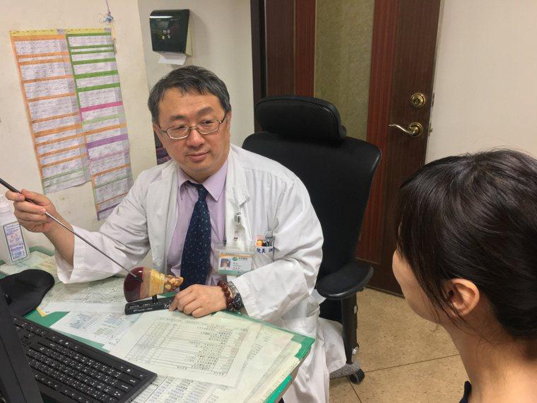 南投醫院院長洪弘昌是肝膽腸胃專家,他提醒有肝硬化、代謝疾病等高危險群病患應定期篩...