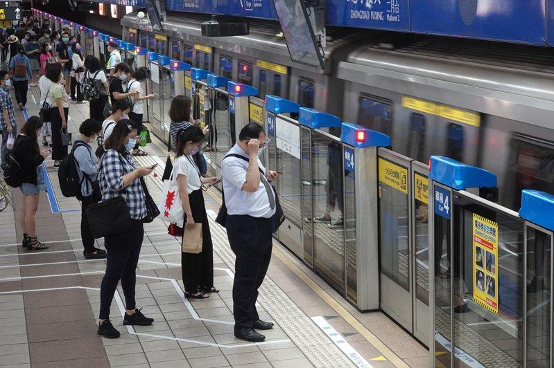台北市府公布1例確診者足跡,9月4日、5日連續兩天都搭乘台北捷運,照片為示意圖,人物與本文無關。聯合報系資料照