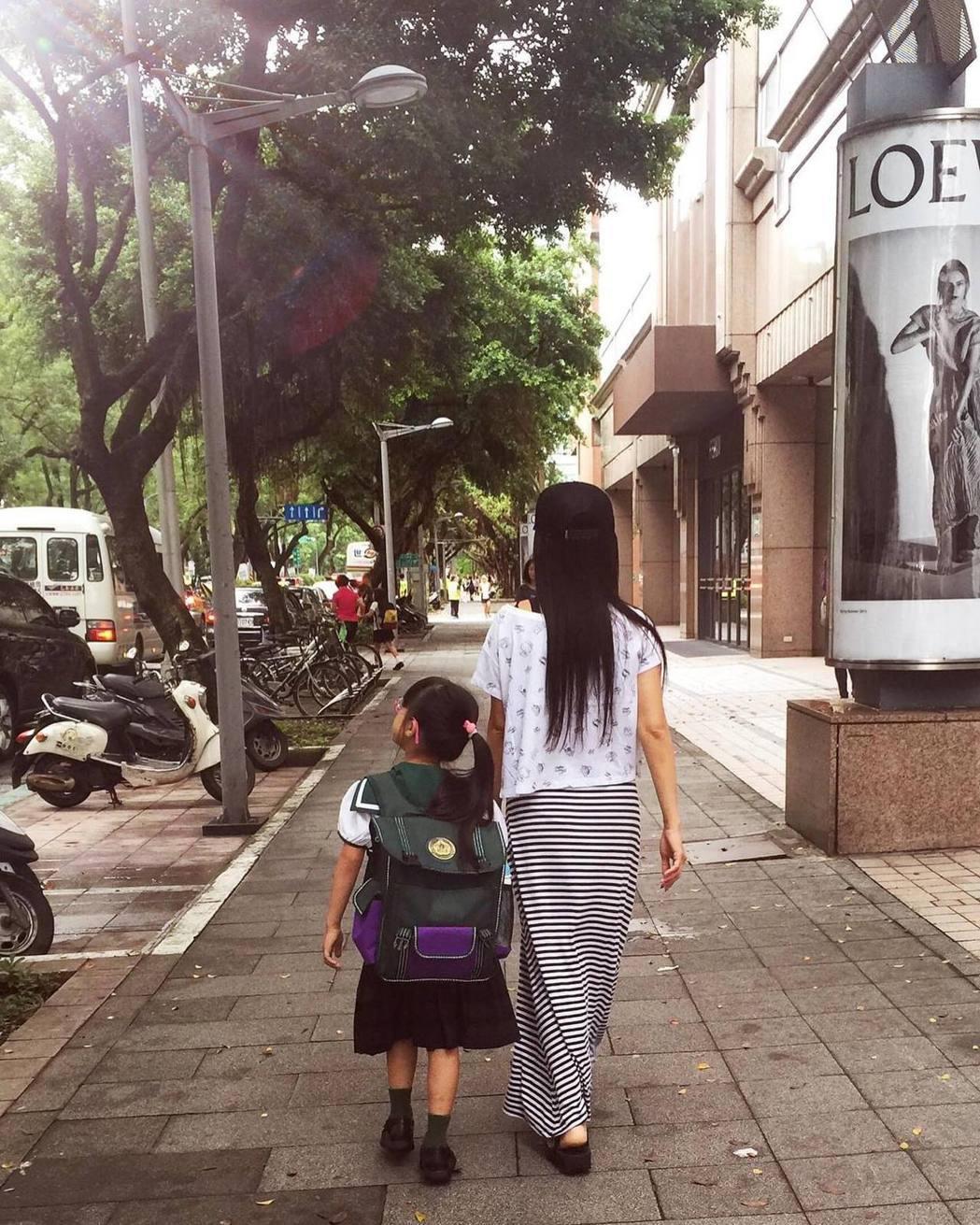 佩甄(右)6年前帶著女兒上小一,當時女兒還是個小不點。圖/摘自臉書