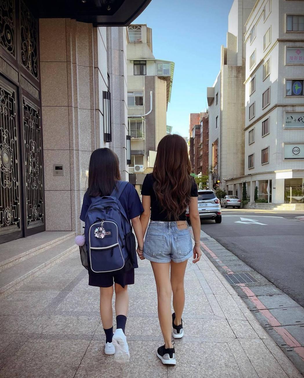 佩甄(右)帶著女兒上國中,背影宛如姊妹。圖/摘自臉書