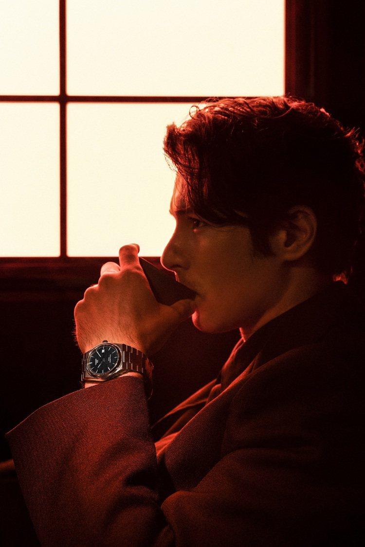 鳳小岳詮釋了天梭PRX 40 205系列自動上鍊腕表。圖/TISSOT提供