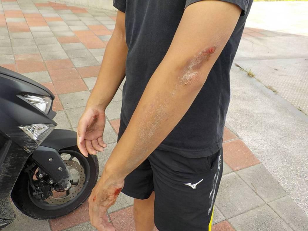 砂石車與機車發生碰撞,騎士倒地擦挫傷。記者蕭雅娟/翻攝