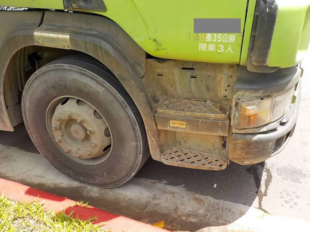 砂石車車損。記者蕭雅娟/翻攝