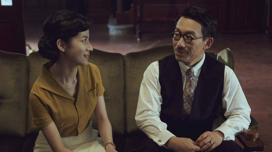 郭子乾(右)和連俞涵在「茶金」中演父女。圖/公視提供