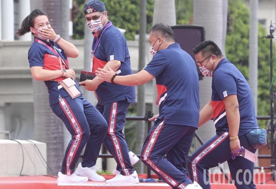 總統府前廣場特別以紅毯搭配星光大道的方式迎接選手,舉重女神郭婞淳在步上總統府階梯