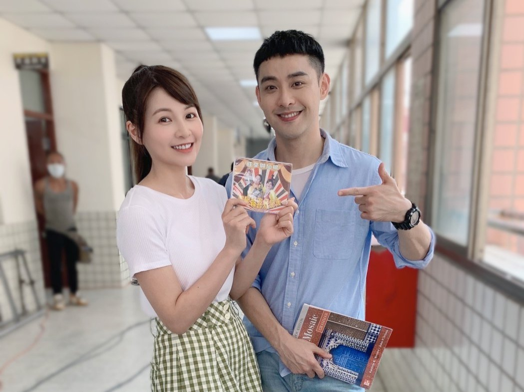 謝京穎(左)生日收到潘柏希送的雙星報喜CD,哭笑不得。圖/民視提供