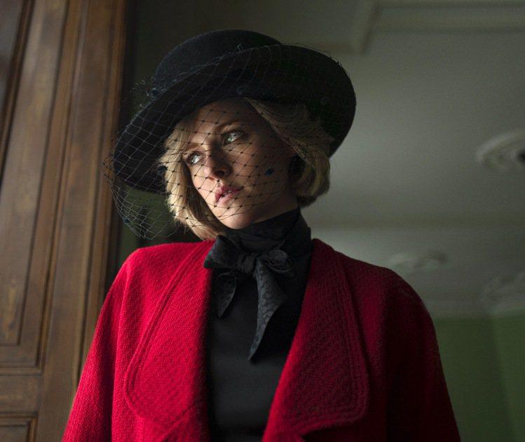 之前在《史賓賽》首波劇照中,克莉絲汀史都華就曾穿上香奈兒服飾現身,而且是來自香奈...