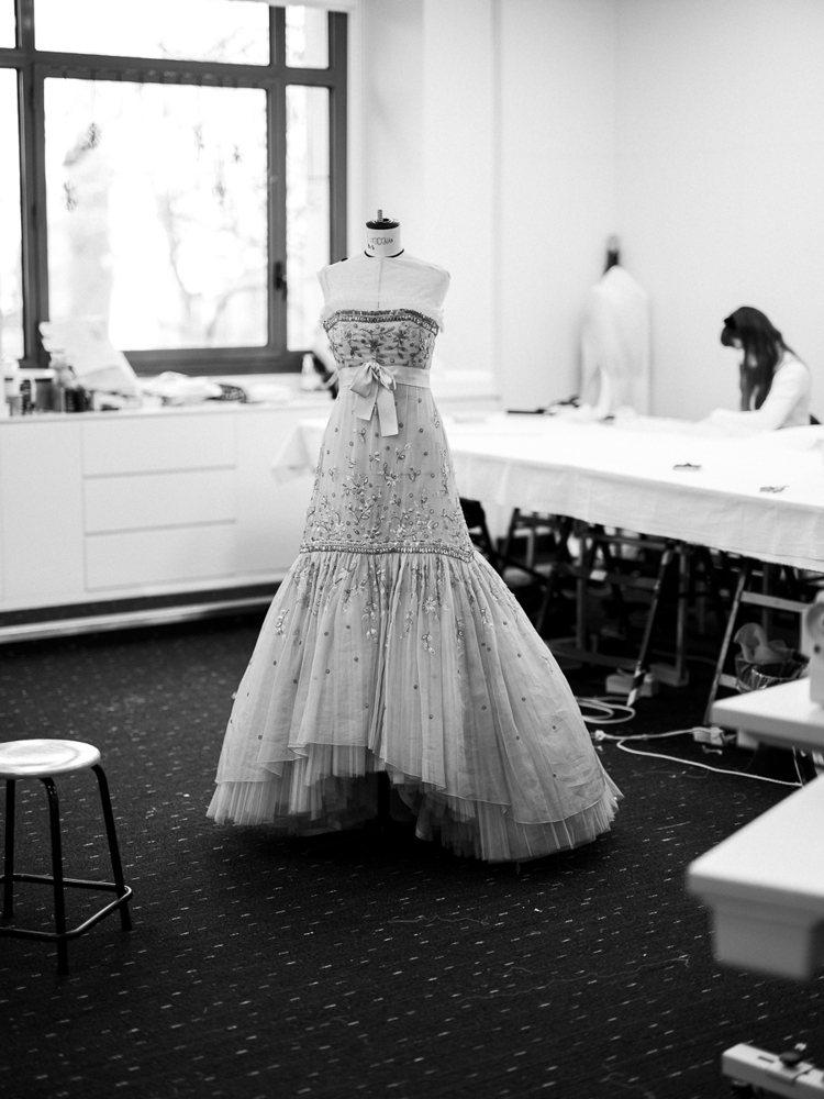 整件禮服的製作過程總共需要1034小時工時 (刺繡工藝佔700小時),由5名專責...