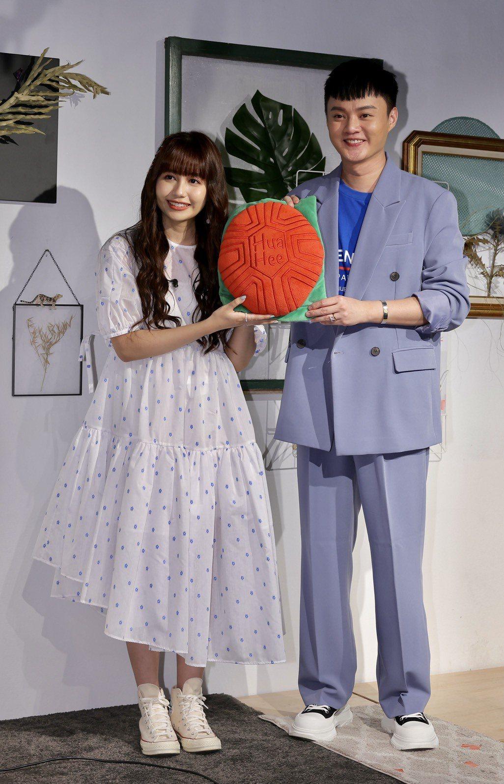 琳誼(左)開心收下歌王許富凱送的紅龜粿抱枕。記者李政龍/攝影