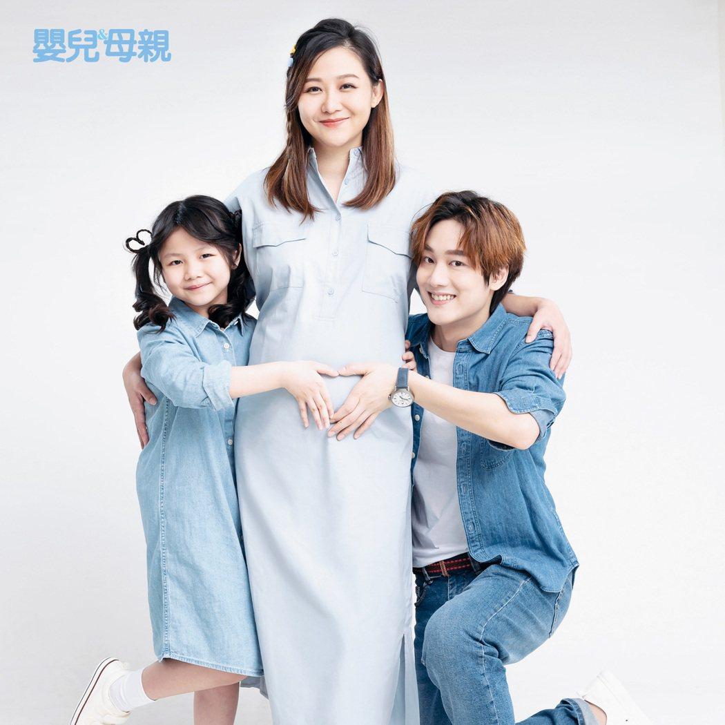 「那對夫妻」Kim、Nico帶女兒妮妮拍攝雜誌封面,珍惜「3+1」的幸福。圖/嬰...
