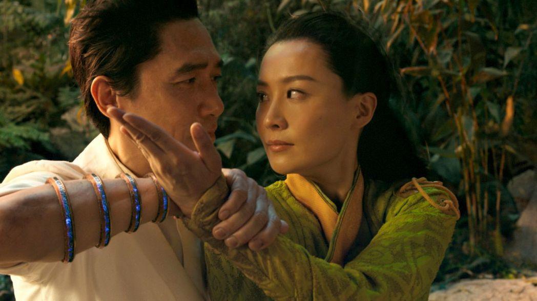 梁朝偉在「尚氣與十環傳奇」與陳法拉飾演一對夫妻。圖/迪士尼提供