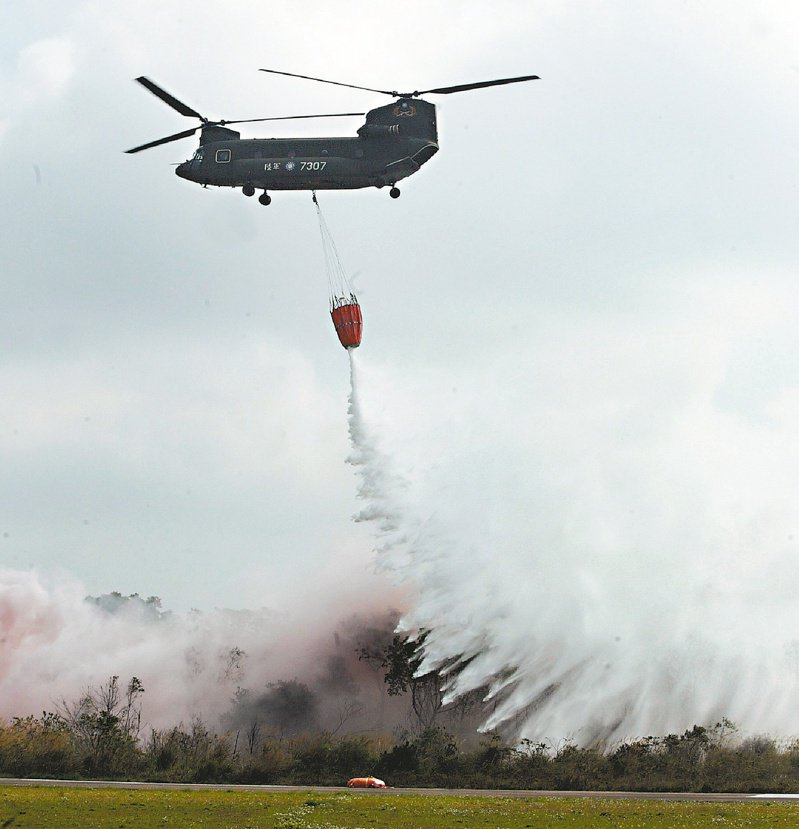 國軍現役最大的CH-47譗契努克豃運輸直升機,投入高山救火陣容,提高山林火災的防救能力。圖/聯合報系資料照片