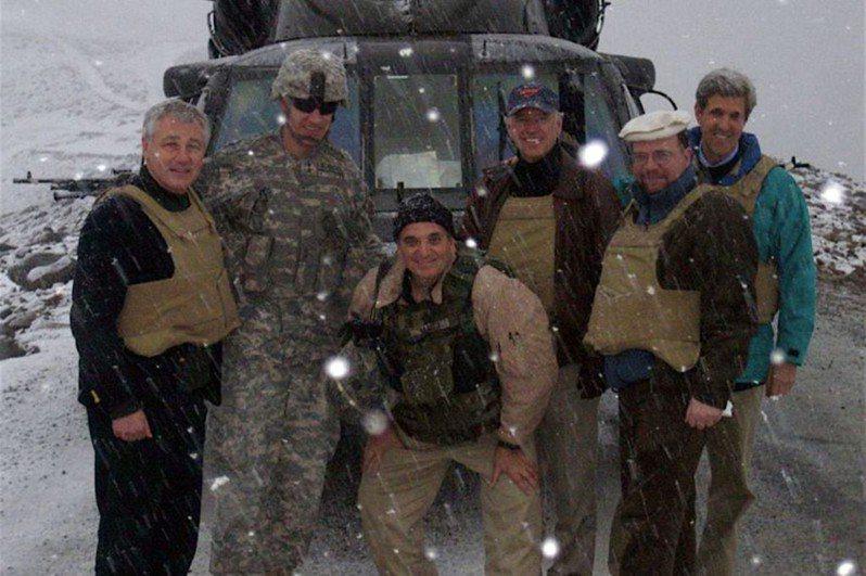 2008年2月20日,美國黑鷹直升機因大風雪迫降在阿富汗山谷,機上載有民主黨籍的參議員拜登(右三)和柯瑞(右),以及共和黨籍的黑格爾(左)。阿富汗口譯員莫罕默德不在照片裡。圖/取自美國國務院