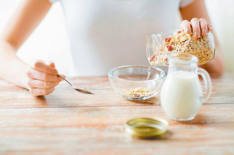牛奶、燕麥奶,富含蛋白質、油脂、纖維、維生素D等營養素,具有增強免疫力、對抗新冠...
