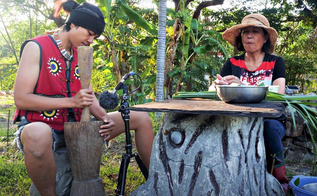 戴曉君(左)把母親製作搗小米的臼當成樂器,將敲打聲收錄於音樂中。圖/小島大歌提供