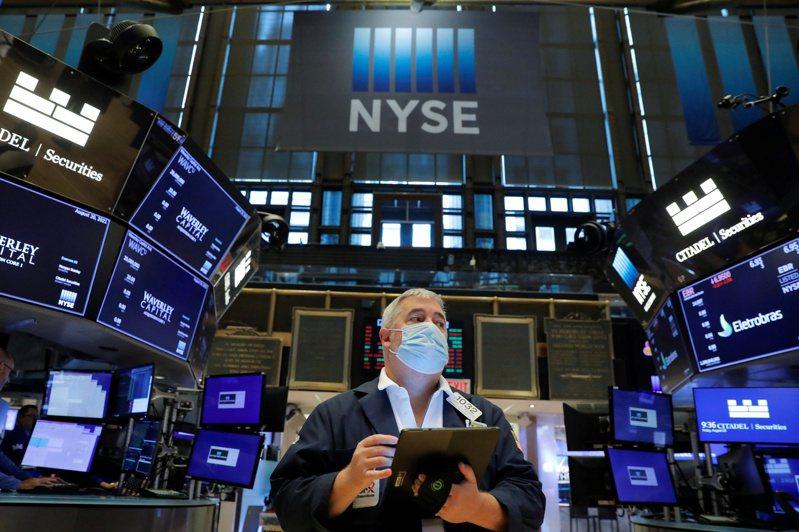 路透訪調的基金經理人認為,全球股市可能在今年底前小幅回檔修正。(路透)