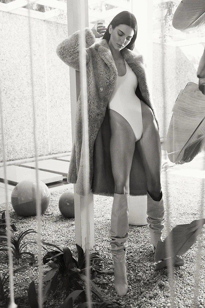坎達爾珍娜以她擅長的大衣、長靴搭配性感內襯,表現FWRD秋季形象系列。圖/取自F...