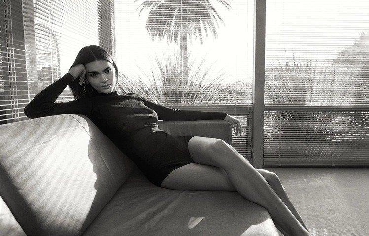 坎達爾珍娜身穿SAINT LAURENT上衣、 ALAÏA短褲,在IG宣布擔綱F...