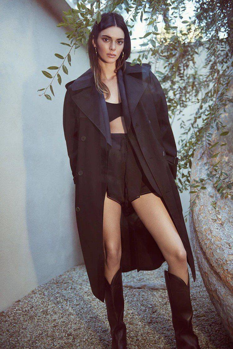 坎達爾珍娜詮釋WARDROBE.NYC大衣、SAINT LAURENT短褲、KH...