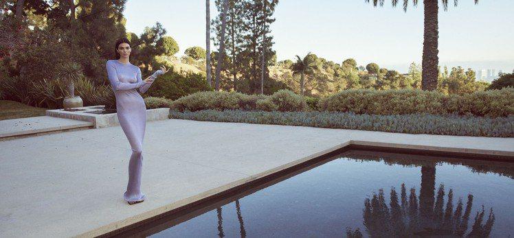 坎達爾珍娜以人間芭比娃娃的身形,全裸穿上垂墜性感裙裝作為FWRD網站秋季門面設計...