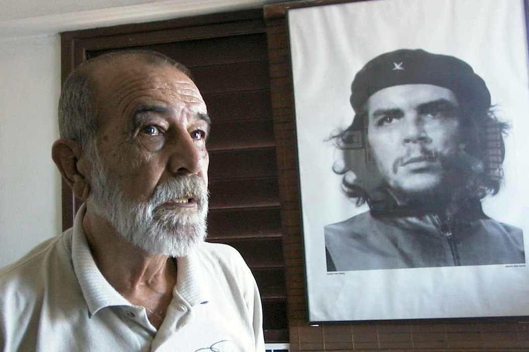 切.格瓦拉放棄從醫可以獲得的厚祿,決心走向解放革命之路的傳奇故事被廣為傳播,其堅毅不拔的形象被古巴攝影師阿爾貝托.科爾達(Alberto Korda,左)捕捉下來,成為20世紀最具影響力的肖像照(右)。 圖/路透社