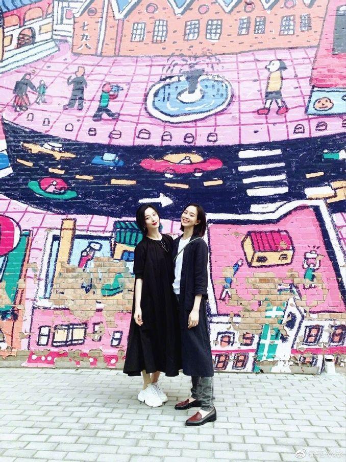 范冰冰日前與張鈞甯一起去看展。 圖/擷自范冰冰微博