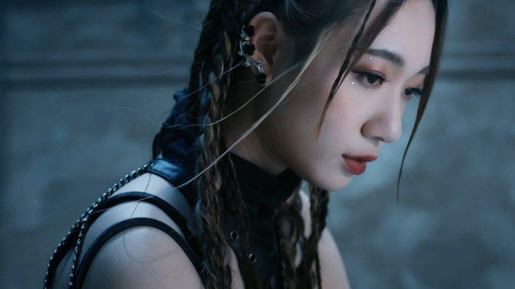 Julia吳卓源化身為遊戲中智慧與美貌兼具的角色「秘法」。 圖/艾玩天地 提供