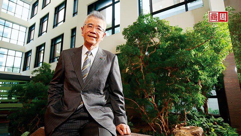 信義房屋創辦人周俊吉,是1987年就參加新環境基金會的環保先鋒。他相信,零碳島的開發方向不只保護環境,也讓新飯店做出區隔,創造多贏的投資成果。(攝影者.駱裕隆)