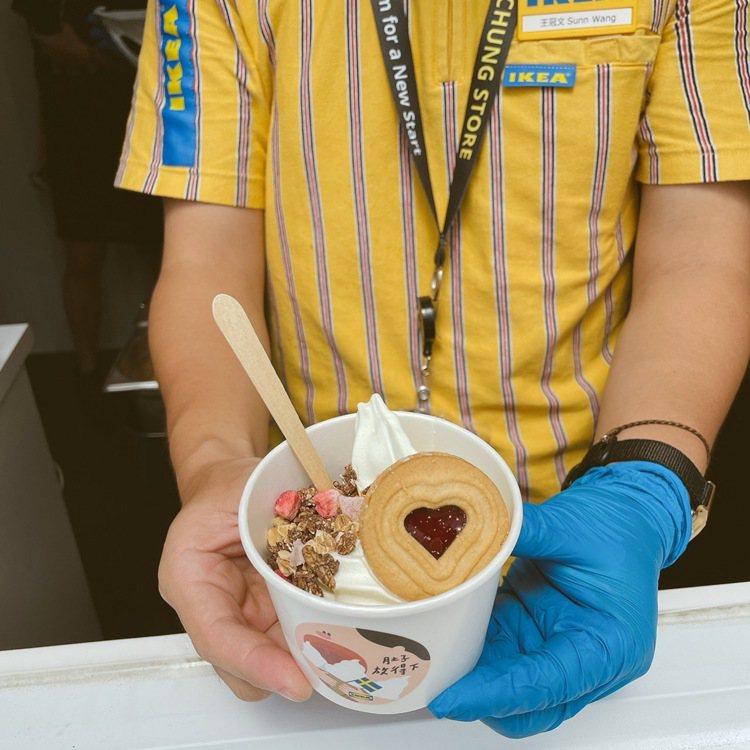 IKEA嘉義獨賣莓果派對霜淇淋。記者劉小川/攝影
