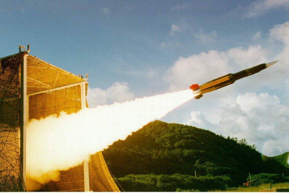 國軍在台中興建的大型飛彈基地已完工啟用,台灣自製的陸基雄風三型反艦飛彈已完成戰備,同時國防部計畫提出高達兩千多億的的飛彈量產特別預算,來強化國軍的源頭打擊與防禦能力。圖為示意圖。 圖/中科院