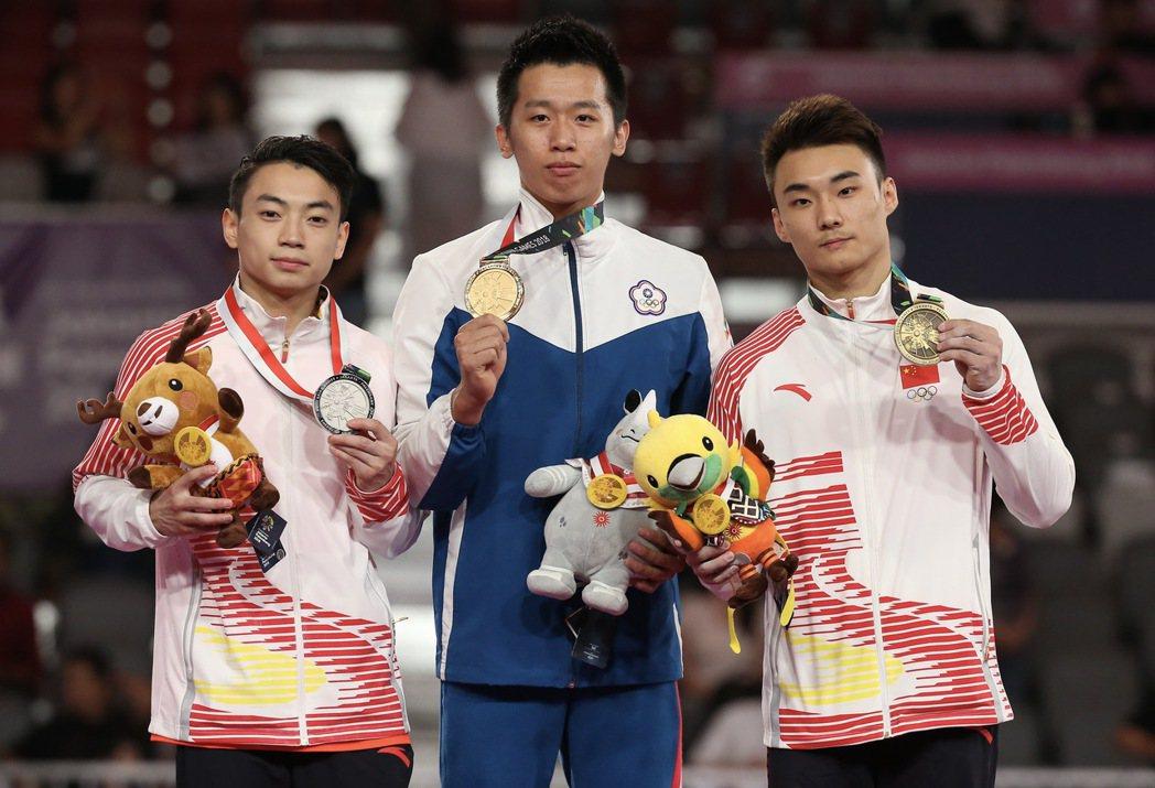 2018年的亞運開始,李智凱(中)接連在各大國際賽事中拿下鞍馬金牌,逐漸磨練出專...