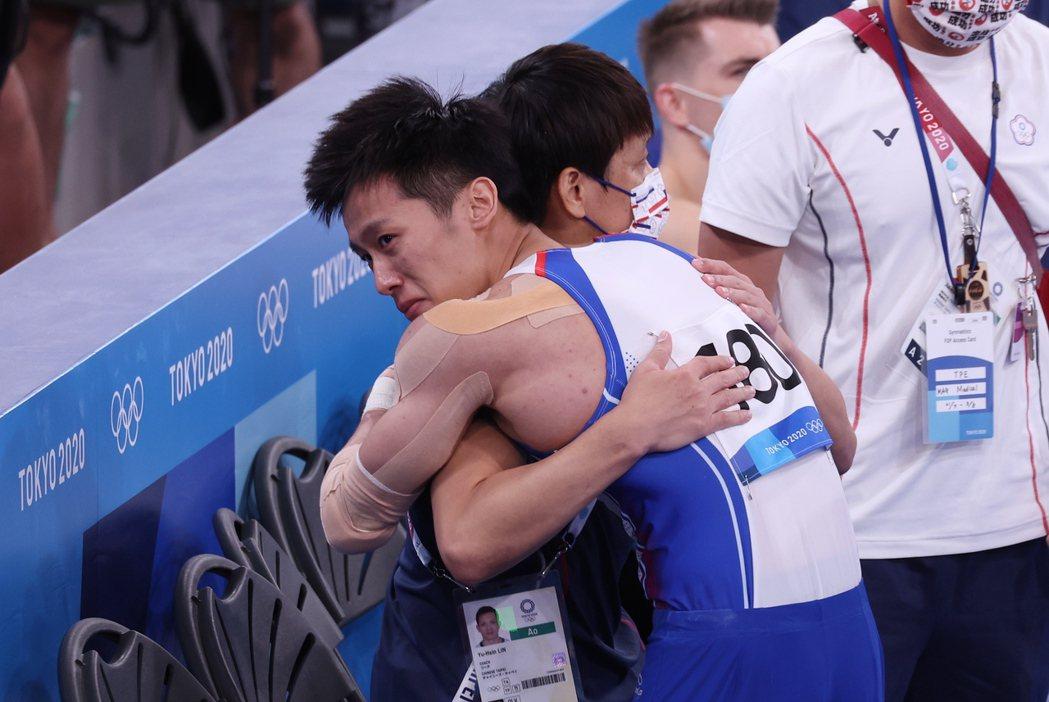 鞍馬一落地,李智凱就衝向擁抱教練林育信,兩人喜悅不言可喻。記者余承翰/攝影