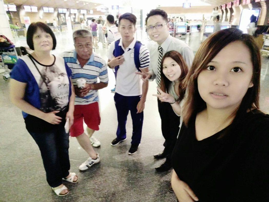 李智凱(中)一家感情緊密,但後期因住在國訓中心,和家人反而最常在機場相聚。照片提...