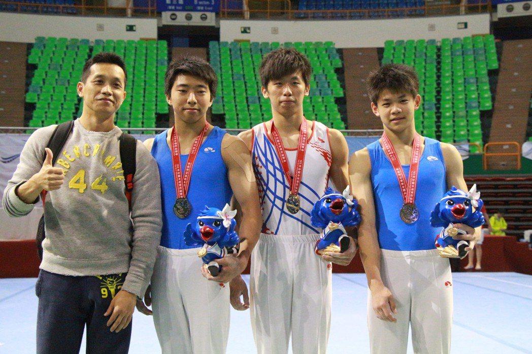 李智凱(右二)自小就跟著教練林育信(左),加以自身苦練,多次拿下國內外獎牌。照片...