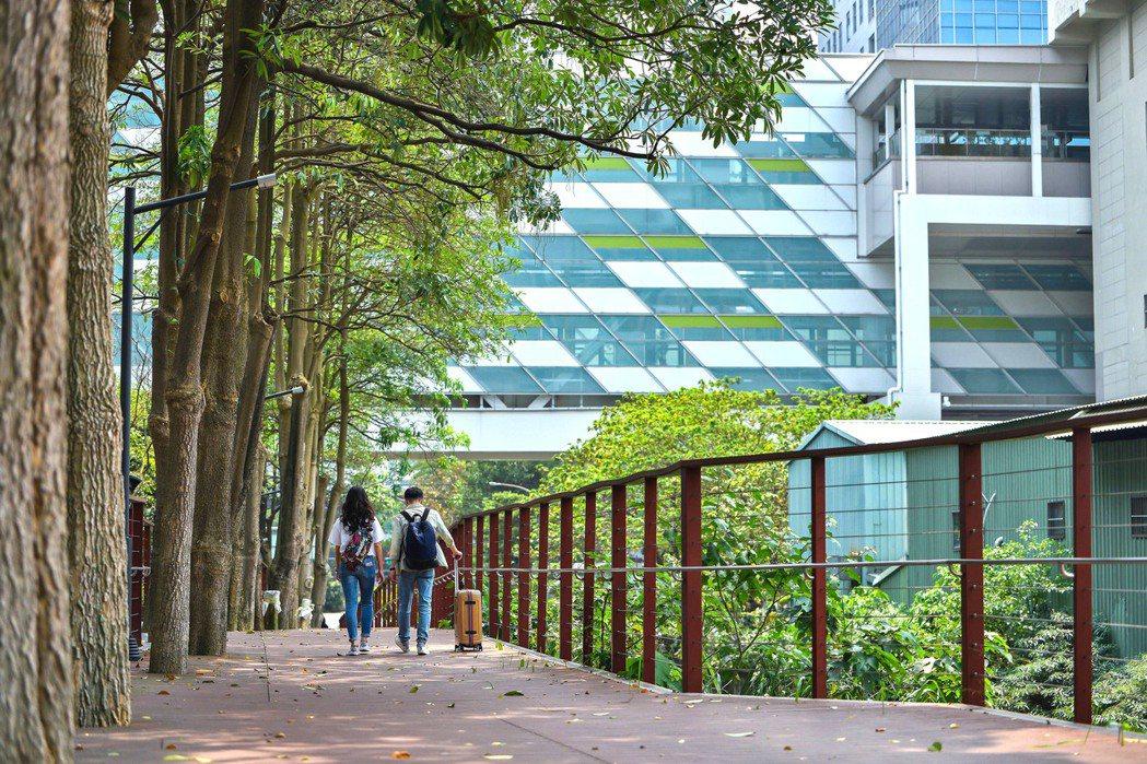 「遠雄CASA」透過人行木棧道、步行僅6~7分鐘就可抵達中原捷運站,不需與車爭道...