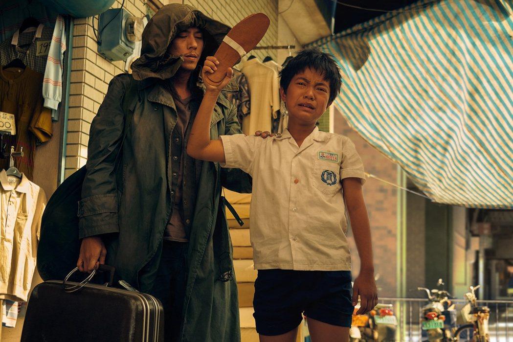 李奕樵(右)在「天橋上的魔術師」完結篇中的演出感動觀眾。圖/公視、myVideo...