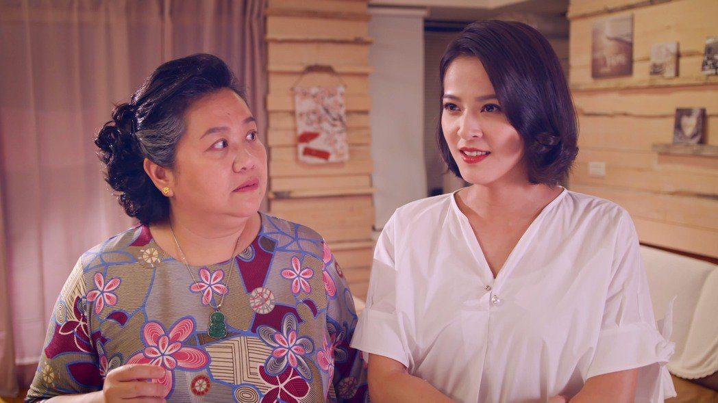 鍾欣凌(左)在「我的婆婆怎麼那麼可愛」中劇中女兒蘇晏霈。圖/公視提供
