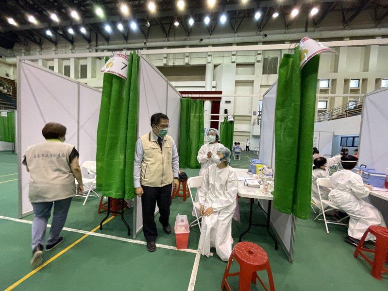 台南市長黃偉哲視察新營大型接種站,感謝醫護人員犧牲假日付出。圖 /台南市政府提供