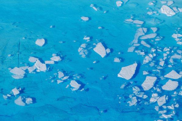 近年因全球暖化影響,世界各地冰川都逐漸融化,圖為2018年6月格陵蘭黑爾海姆冰川...