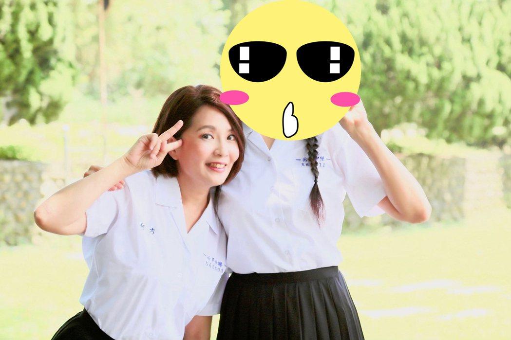 方季惟(右)與何方穿上高中制服,凍齡回到少女時代。圖/尚時代文創娛樂提供