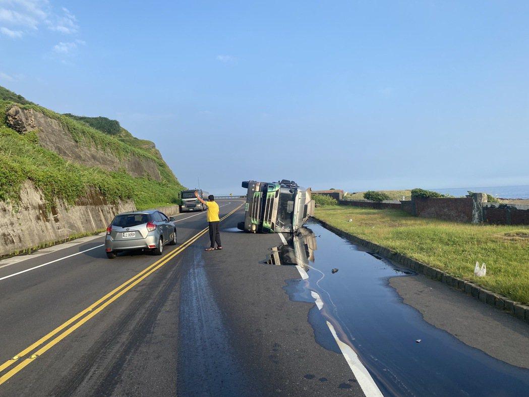 廖姓男子今早駕駛槽裝硫酸的曳引車, 行經台2線新北市瑞芳路段時側翻在對向車道,硫...