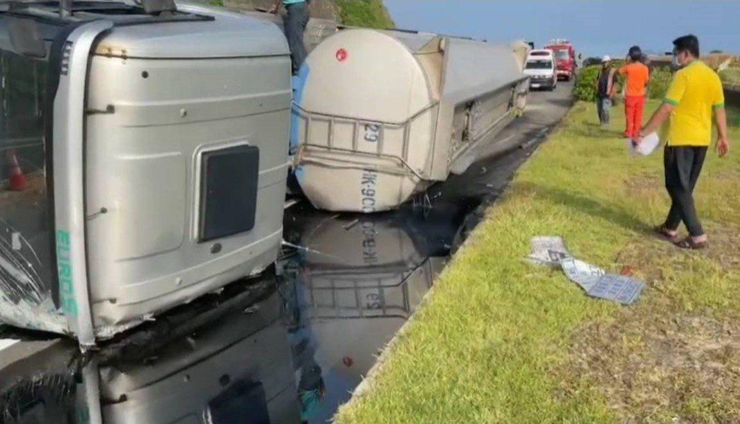廖姓男子今早駕駛槽裝硫酸的曳引車, 行經台2線新北市瑞芳路段疑過彎不慎,側翻在對...