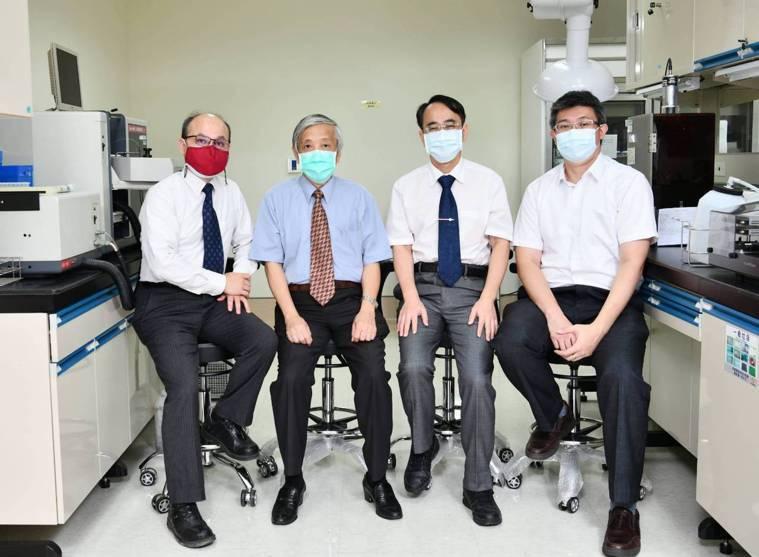 左起為長庚大學工學院院長賴朝松、長庚醫院一般外科主治醫師黃燦龍、林口長庚醫院毒物...