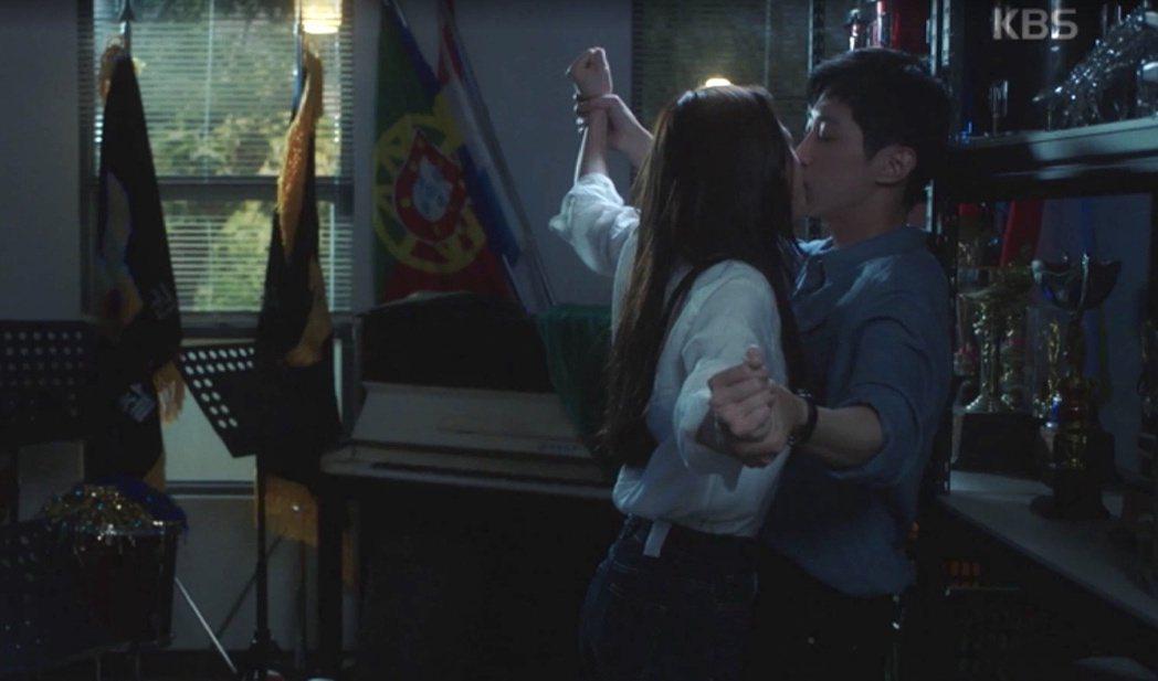 鄭秀晶(左)劇中為了制止喝醉酒大叫的振永,竟決定直接嘟嘴親吻,讓人絕倒。圖/my