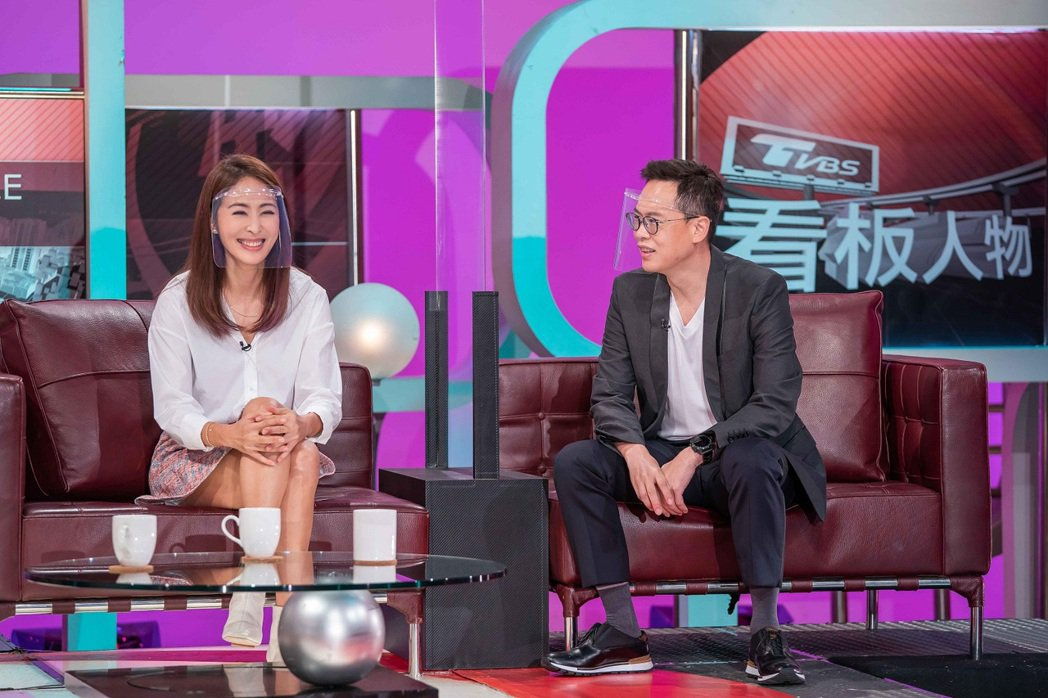賈永婕(左)和老公王兆杰上TVBS「TVBS看板人物」。圖/TVBS提供