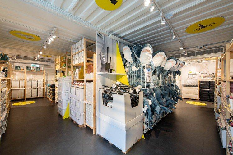 IKEA嘉義Hej行動商店的1樓,販售近百樣商品,包括當紅的鯊魚玩偶。圖/IKE...